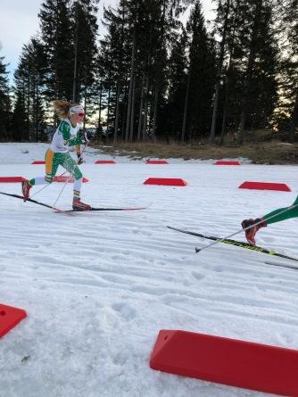 Johanna går så snøen spruter i bakkene